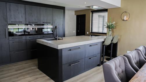 zwarte keuken met metallic muur
